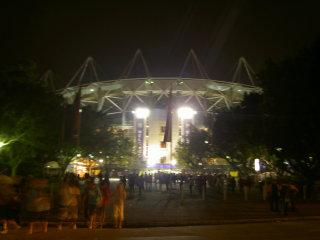 夜空に照らされるスタジアム